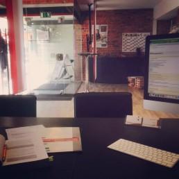 Büroräume von Versicherungsmakler Betzdorf zeigt Computer Papiere Bücher